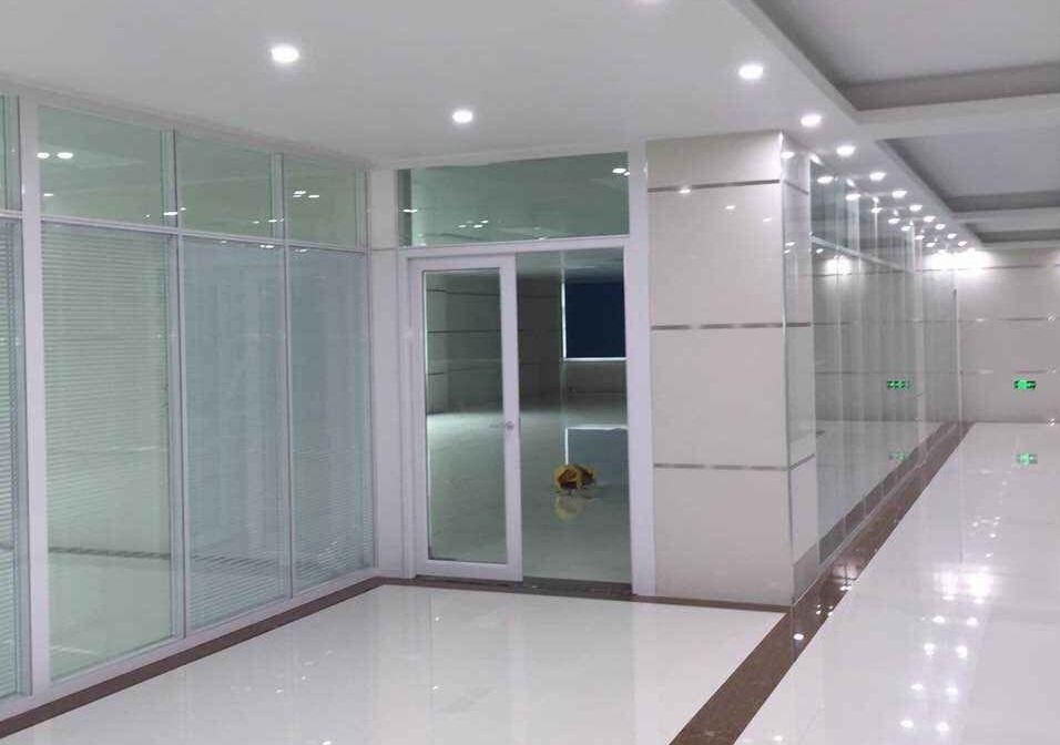 产品类别: 隔墙配套玻璃门系列 产品简介: 玻璃门带铝合金金边框